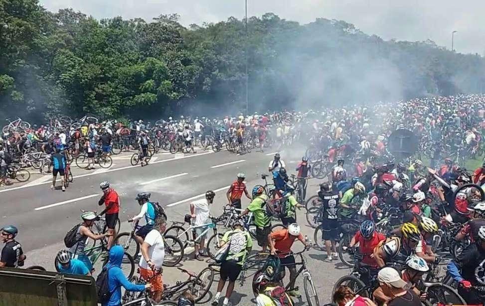 Bikers Rio pardo | Notícia | Choque joga bombas e gás lacrimogêneo contra ciclistas para impedir descida a Santos